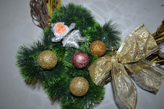 Рождественский венок из веток и шишек своими руками
