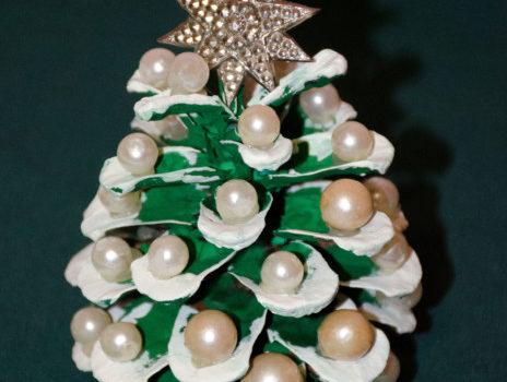 Маленькая новогодняя елка из шишек сосны своими руками