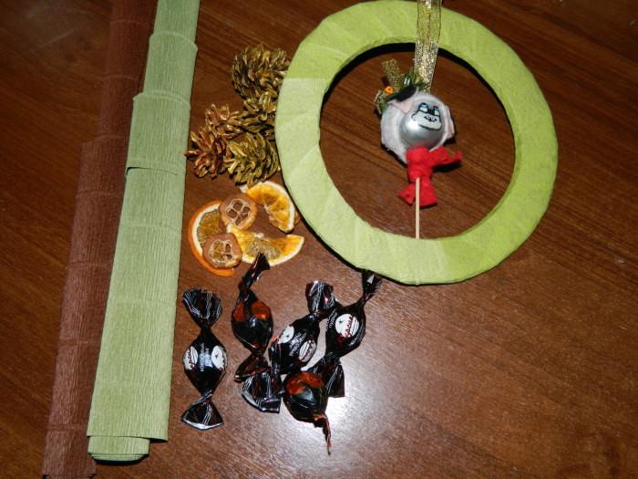 Рождественский венок из шишек, конфет, картона и гофрированной бумаги