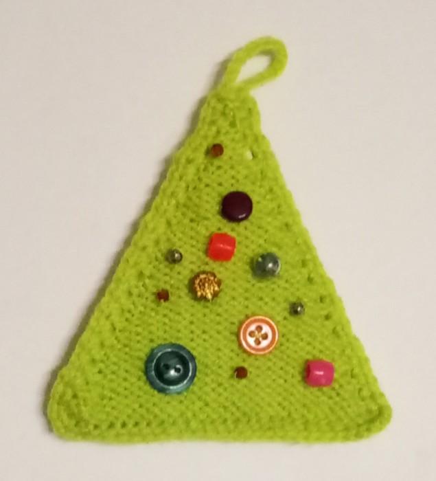 Вязаная елочка крючком и спицами - простое новогоднее украшение для дома