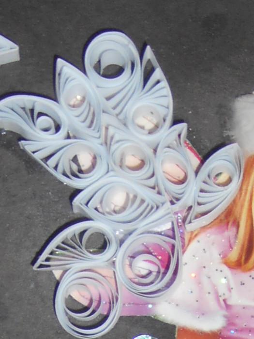 Нужное изображение выбираем в интернете или в журнале. Вырезаем выбранную фигурку. Приклеиваем ангела на бумажный клей к картонному основанию.