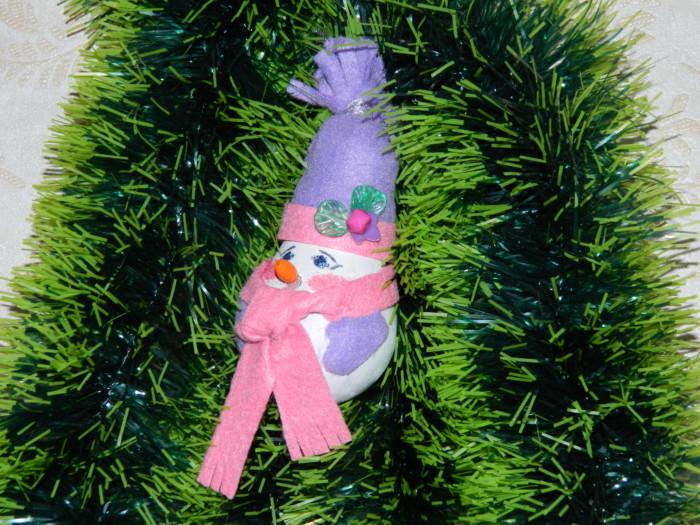 Снеговик из лампочки - новогоднее украшение на елку своими руками