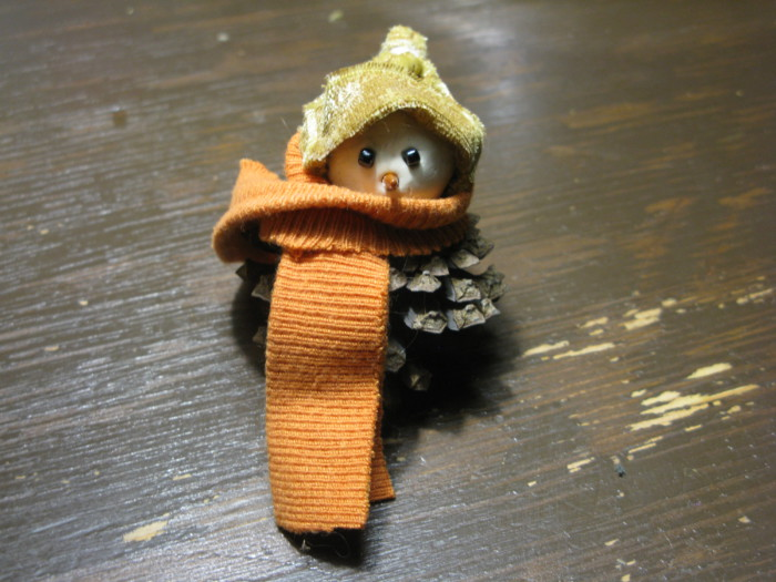 Новогодняя поделка снеговик из шишек