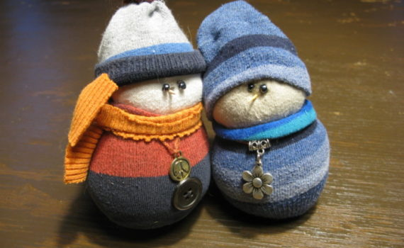 Новогодний снеговик из носка своими руками