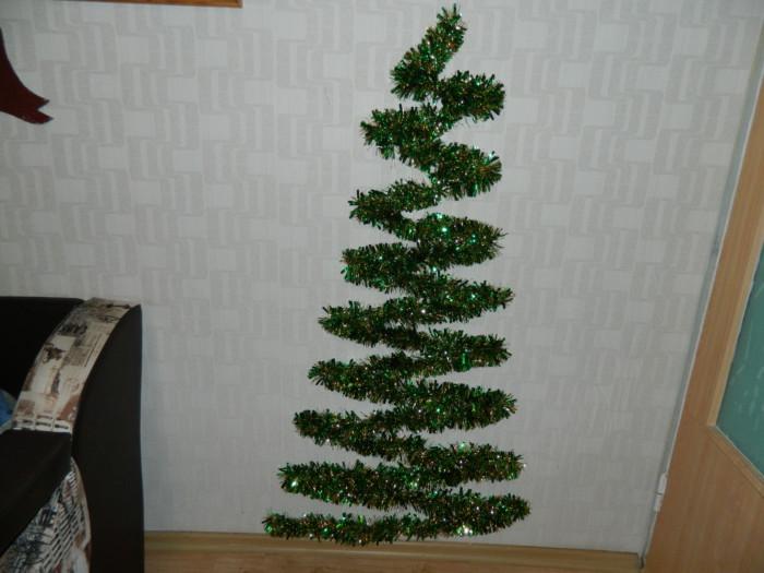 Настенная елка из мишуры и гирлянды своими руками