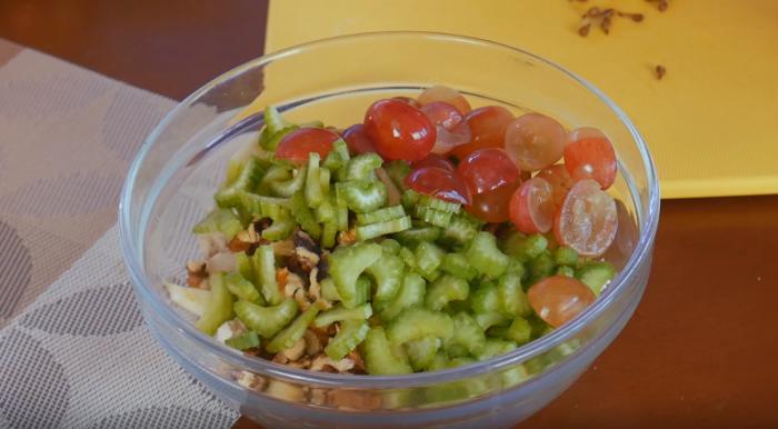 Легкий куриный салат в сырной корзинке