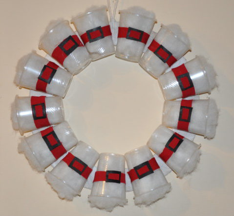 Оригинальный новогодний венок на дверь из пластиковых стаканчиков