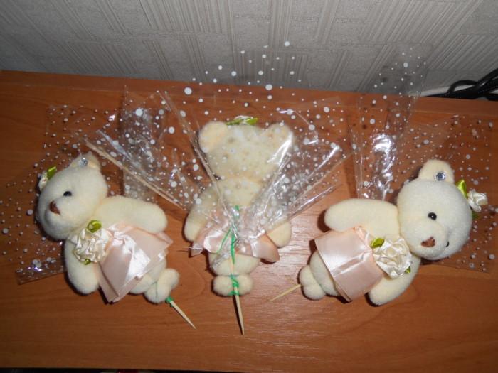 Как крепить игрушку в букете с конфетами