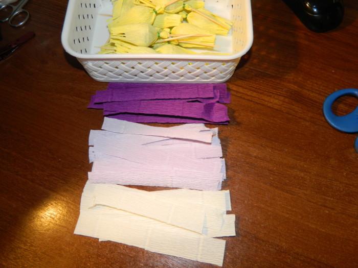 Крокусы из гофрированной бумаги с конфетами