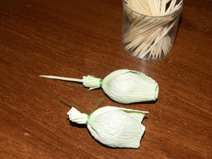 Подснежники из гофрированной бумаги с конфетами своими руками