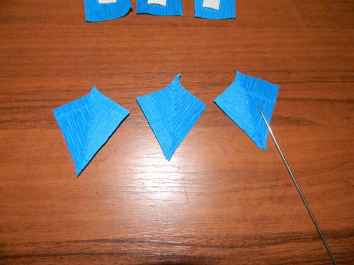 Ирисы из гофрированной бумаги с конфетами
