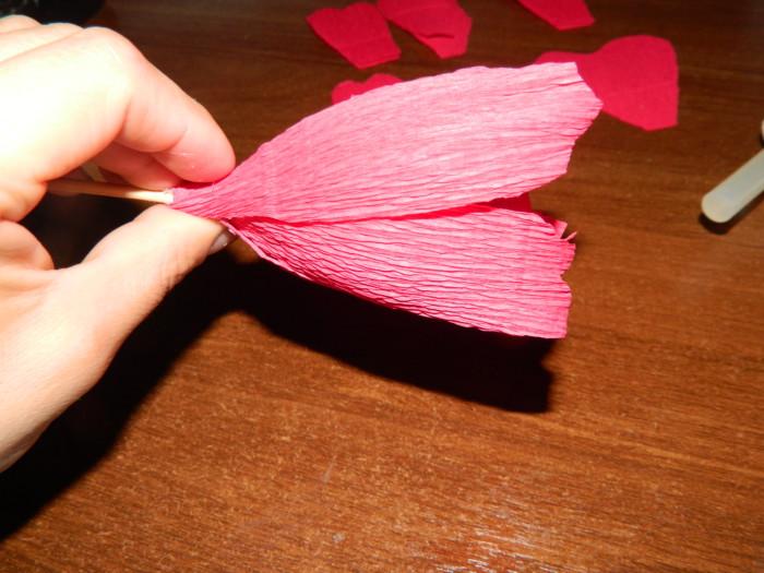 Пионы из гофрированной бумаги с конфетами своими руками