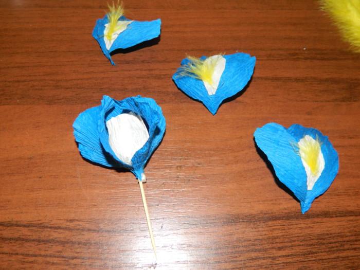 Ирисы из бумаги с конфетами своими руками