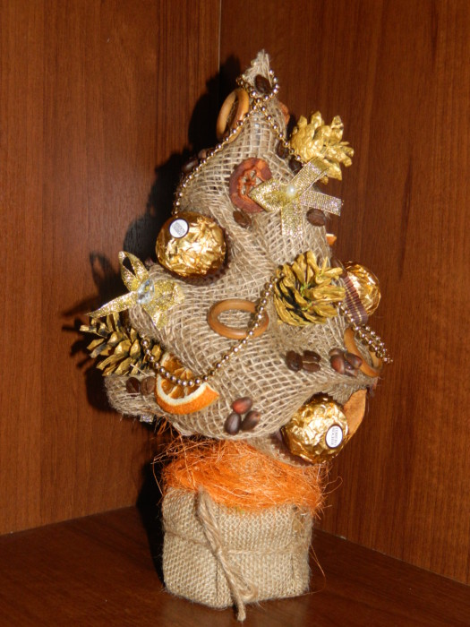 Декоративная елка с конфетами, кофе, орешками и мандаринами