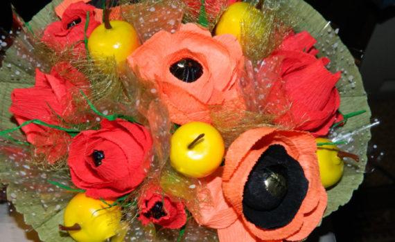 Красные анемоны из гофрированной бумаги и конфет своими руками