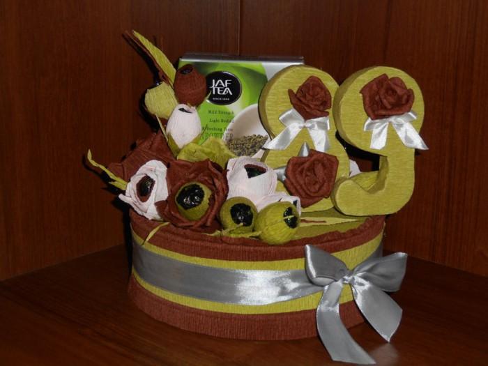 Как упаковать подарок на день рождения и оформить цифрами со сладкими бумажными розами