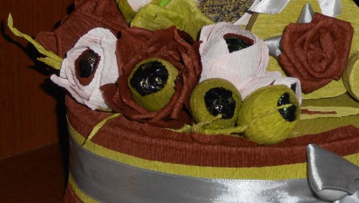 Бутон розы из гофрированной бумаги и конфет своими руками