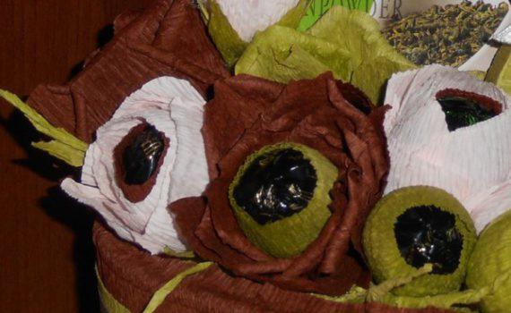 Розы из гофрированной бумаги с конфетами своими руками