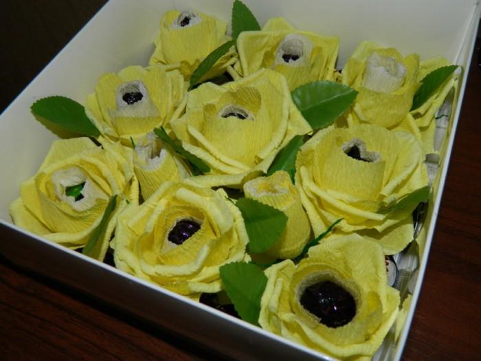 Бутон розы с конфетой из бумаги двух цветов
