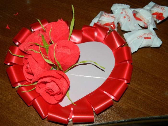 Сладкий букет-сердце из конфет и гофрированной бумаги